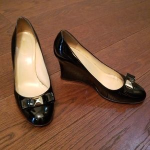 KATE SPADE patent leather black pumps bow wedges